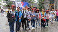 Студенты местного университета во время посещения выставки