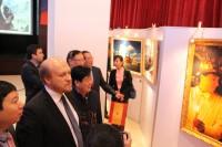 Гости осматривают работы фотохудожника | 宾客们品鉴摄影家的精美作品
