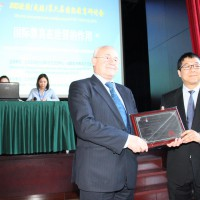 Благодарственный диплом Виктору Коннову вручает генеральный директор Международного центра культурных обменов «ОуЛу» Ван Хэ