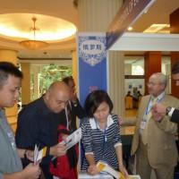 У стенда Высшей школы экономики на выставке в Гуанчжоу 俄罗斯高等经济学院广州站展区旁