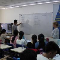 Учащиеся осваивают правила ударения | 学员们掌握重音规则