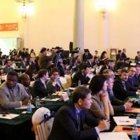 В зале - многочисленные участники форума