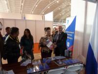 Виктор Коннов знакомит гостей с Российской экспозицией