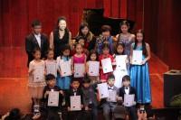 手捧参赛证书的少年才俊 Молодые таланты с дипломами участников конкурса