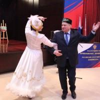 俄罗斯大使安德烈 杰尼索夫接受舞者邀请Посол России Андрей Денисов принял участие в танце