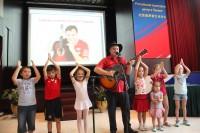 Grigory Gladkov与孩子们一起同台欢唱Григорий Гладков на сцене с детьми