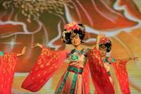 美食节上餐厅员工代表带来的舞蹈节目На сцене - работники одного из ресторанов – участников фестиваля