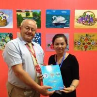 向西安画家颁赠儿童画册Вручение Каталога детских рисунков художнице из Сианя