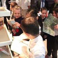 孩子们翻阅叶赛宁的著作Дети знакомятся с творчеством С.Есенина