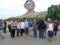 毛泽东雕像前的代表团成员Члены делегации у памятника Мао Цзэдуну