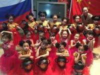 """演出结束后的中国""""梦之舞""""艺术工作室Китайская арт-студия «Dance of the dream» после выступления на сцене"""