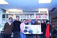 Участники встречи с картиной художника Чжэн Сяоцзина