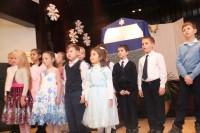 Воспитанники воскресной школы исполняют рождественские песни