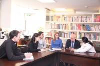 与观想艺术中心代表座谈期间 В ходе встречи с представителем галереи искусств «Гуаньсян»