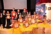 隆重地向小演员们颁发证书和献花Торжественное награждение артистов