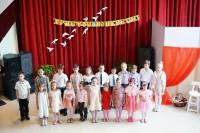 Воспитанники воскресной школы исполняют песни