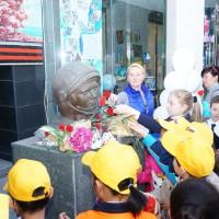少儿参与者在加加林铜像前献花Юные участники мероприятия возлагают цветы к памятнику Ю.А.Гагарину