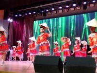 少儿表演者演绎民族舞Национальный танец в исполнении юных артисток