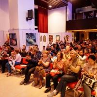 热情观众掌声欢迎乐师演出Восторженные зрители приветствуют артистов