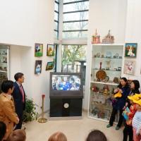 活动参与者倾听国际空间站发来的贺电Участники мероприятия слушают поздравление с борта МКС
