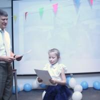 给学生颁发奖状Вручение грамоты ученикам