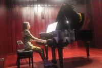 За роялем – соотечественница Светлана Воронова