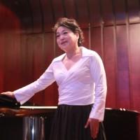 演唱中的姚立华Композицию исполняет Яо Лихуа