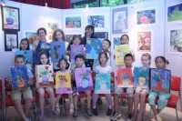 手举画作的孩子们集体合影Общее фото ребят с картинами