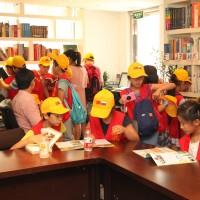 孩子们翻阅俄语书籍Дети знакомятся с русскими книжками