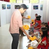 向义工队孩子们发赠小礼品Подарки  для детей образовательного центра