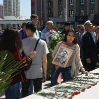 向哈尔滨苏军烈士纪念碑献花Возложение цветов к памятнику советским воинам-освободителям Северо-Востока Китая