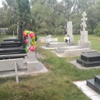 维护良好的墓区Ухоженный участок кладбища