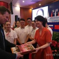 于深圳赠书 Вручение книг в Шэньчжэне