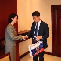 向中国教育部人员赠送纪念礼品Вручение памятных сувениров сотрудникам Минобра КНР