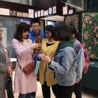 中国大学生了解霍赫洛玛彩绘Знакомство китайских студентов с хохломской росписью