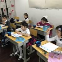 小画家作画中Юные художники за работой