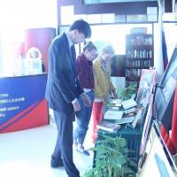 来宾参观茨维塔耶耶娃图书展Гости осматривают выставку, посвященную М.Цветаевой