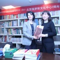 向中学赠书Передача книг Пекинской школе