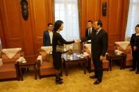 俄罗斯文化中心主任向对外友协副会长致意Руководитель РКЦ приветствует заместителя председателя КНОДЗ