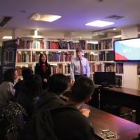 俄罗斯文化中心工作人员欢迎学生们的到来Сотрудник РКЦ приветствовал школьников