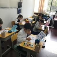 """小画匠""画盘子Юные мастера расписывают тарелки"