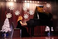 演奏中的钢琴家斯韦特兰娜.卡拉斯За роялем пианистка Светлана Степановна Карась
