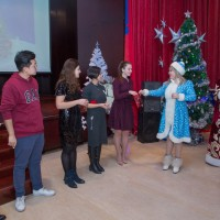 派发新年礼物Вручение новогодних подарков