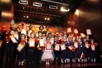 手持文化中心礼物和证书合影的参演人员 Участники концерта с подарками и грамотами от РКЦ