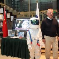 """欢迎宾客到来的小""""宇航员"""" Космонавт, встречающий гостей"""