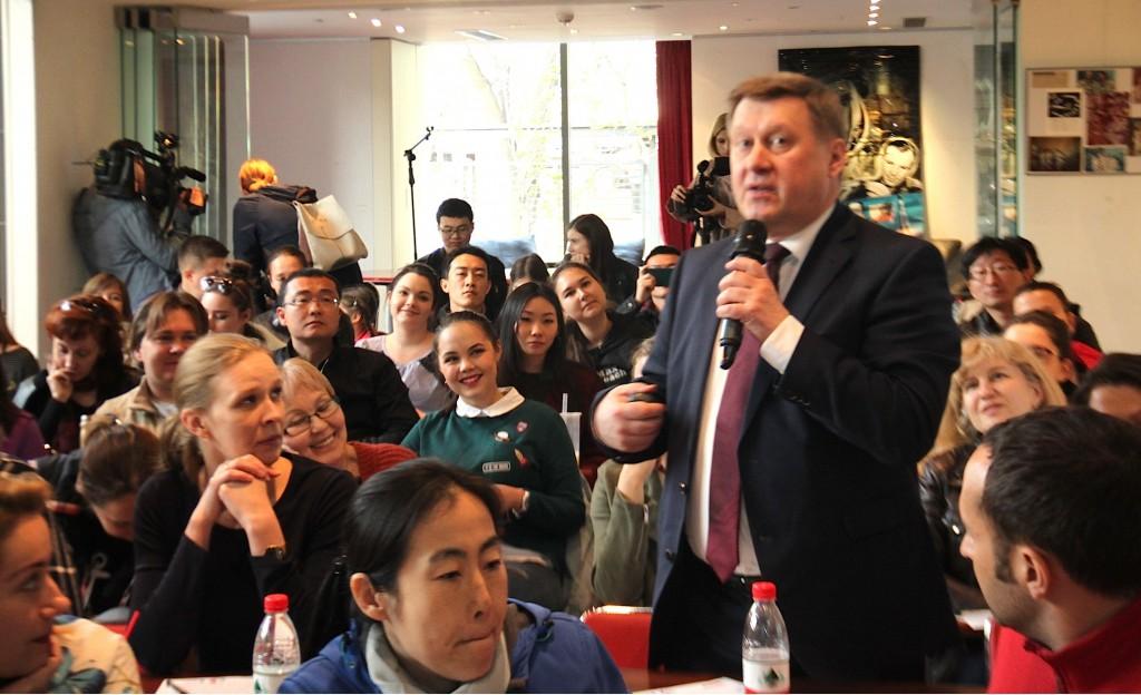 新西伯利亚市长阿纳托利·洛科季向听写参与者致意 Мэр Новосибирска А.Е. Локоть приветствует участников диктанта