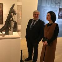 Директор Государственного музея Востока А.В. Седов и Руководитель РКЦ в Пекине О.А. Мельникова в залах выставки