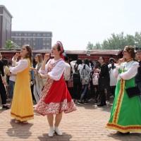 对外经贸大学俄罗斯展台前的舞蹈表演 Танцы перед российским стендом в Университете международного бизнеса и экономики