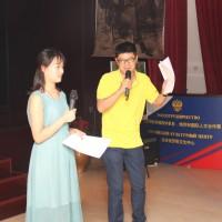 Китайские студенты участвуют в сценке-импровизации