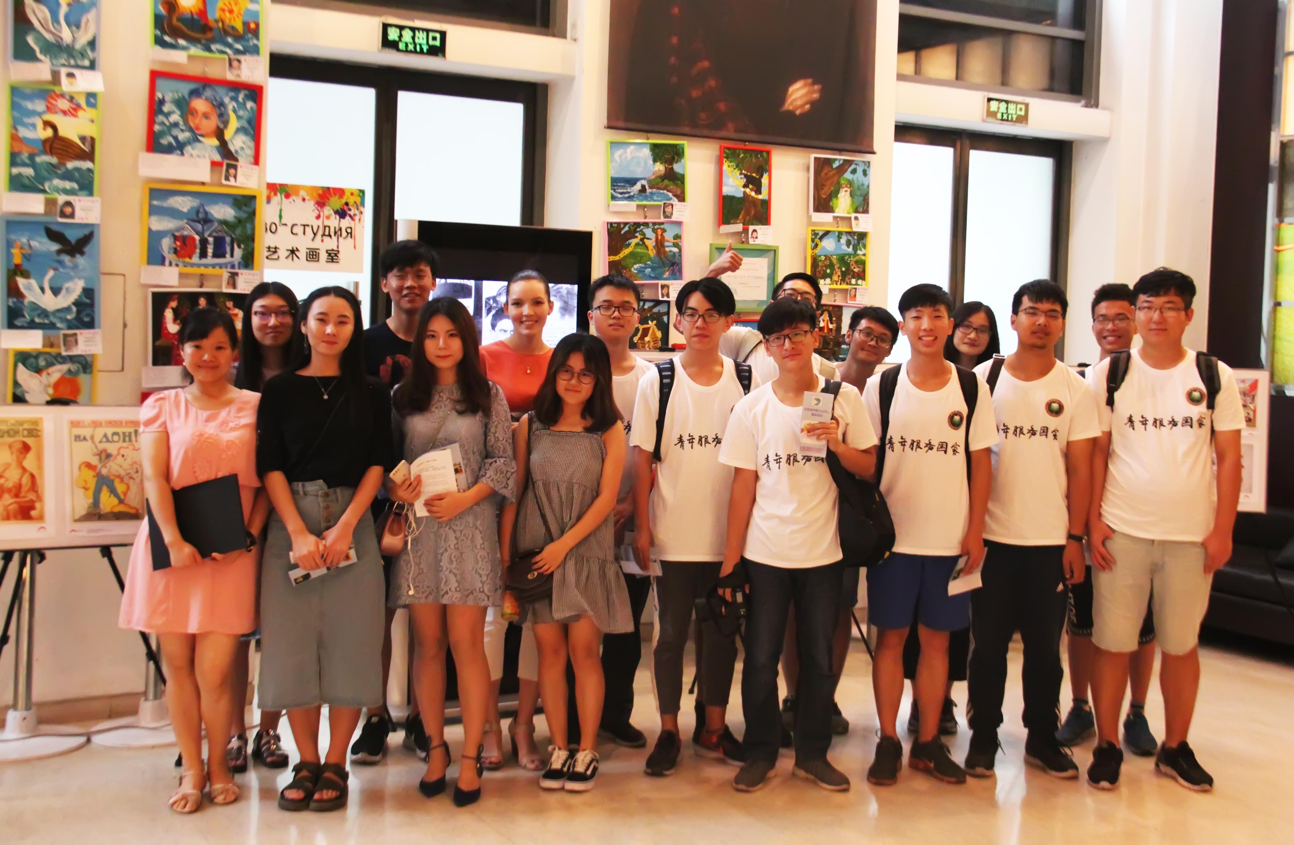 与大学生们的合影 Общее фото со студентами